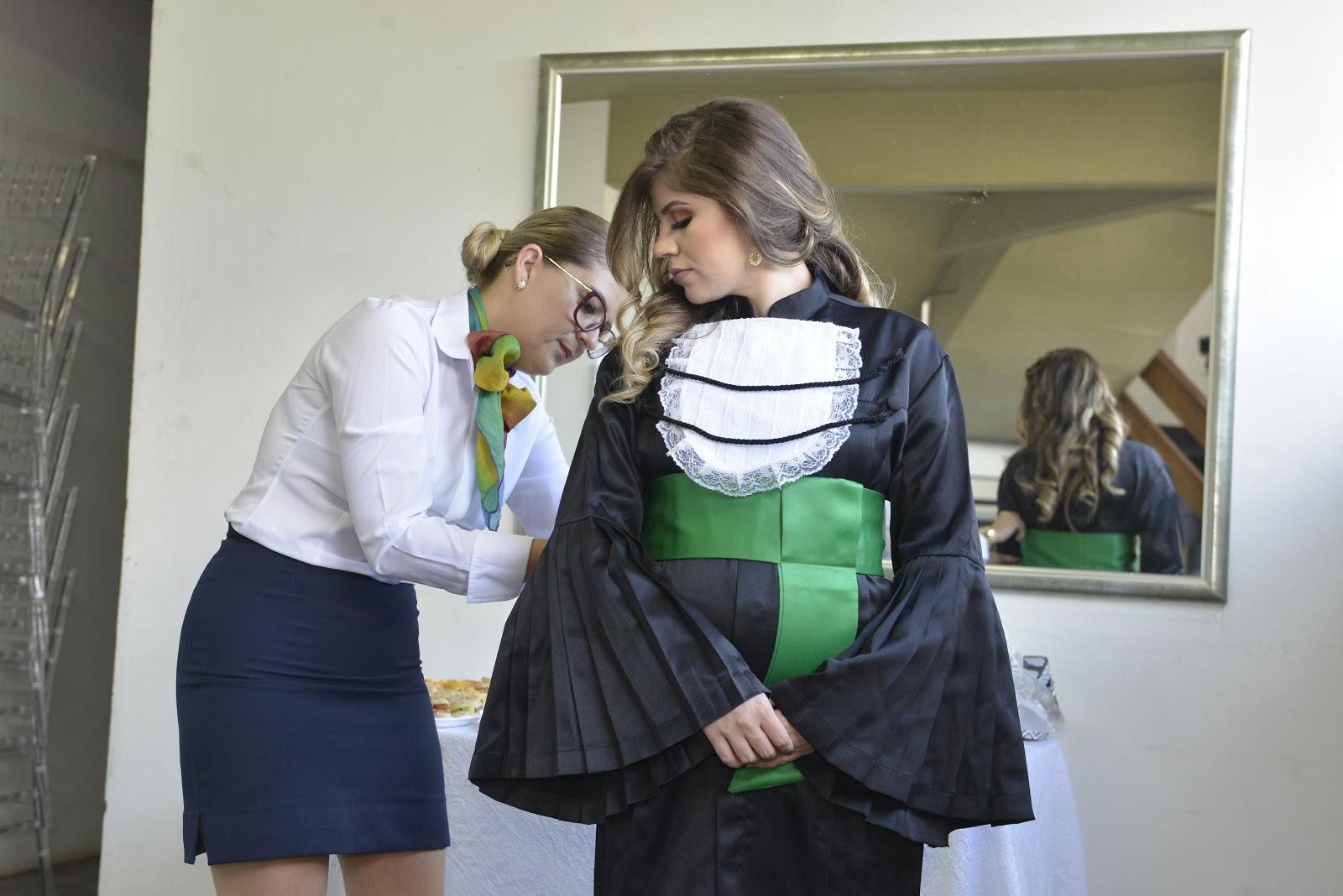 Formanda de odontologia vestindo beca para formatura LCL Eventos